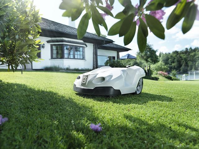 automatická sekačka na trávu