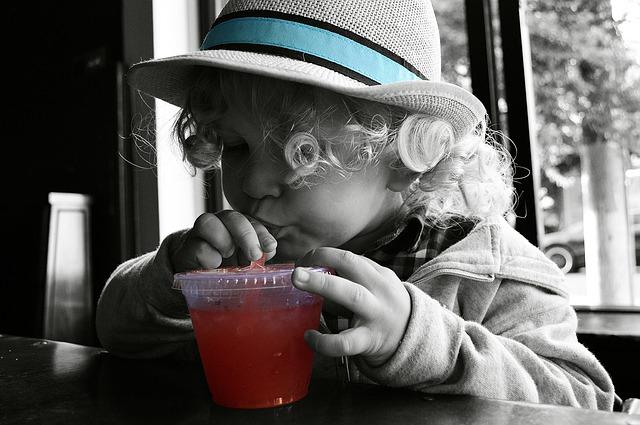 chlapec s nápojem