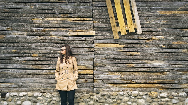 děvče u stodoly