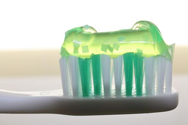 zubní kartáček s pastou - detail