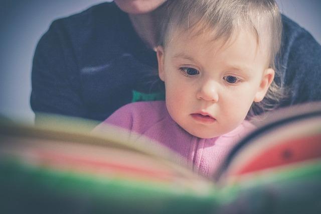 dítě čte knihu
