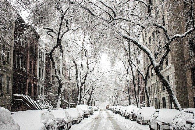 zasněžená městská ulice
